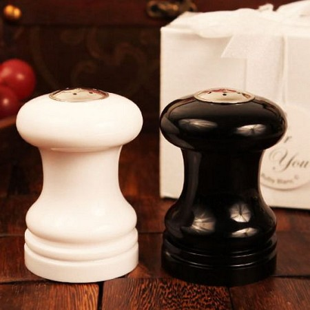 White and Black Salt/Pepper Shaker Set
